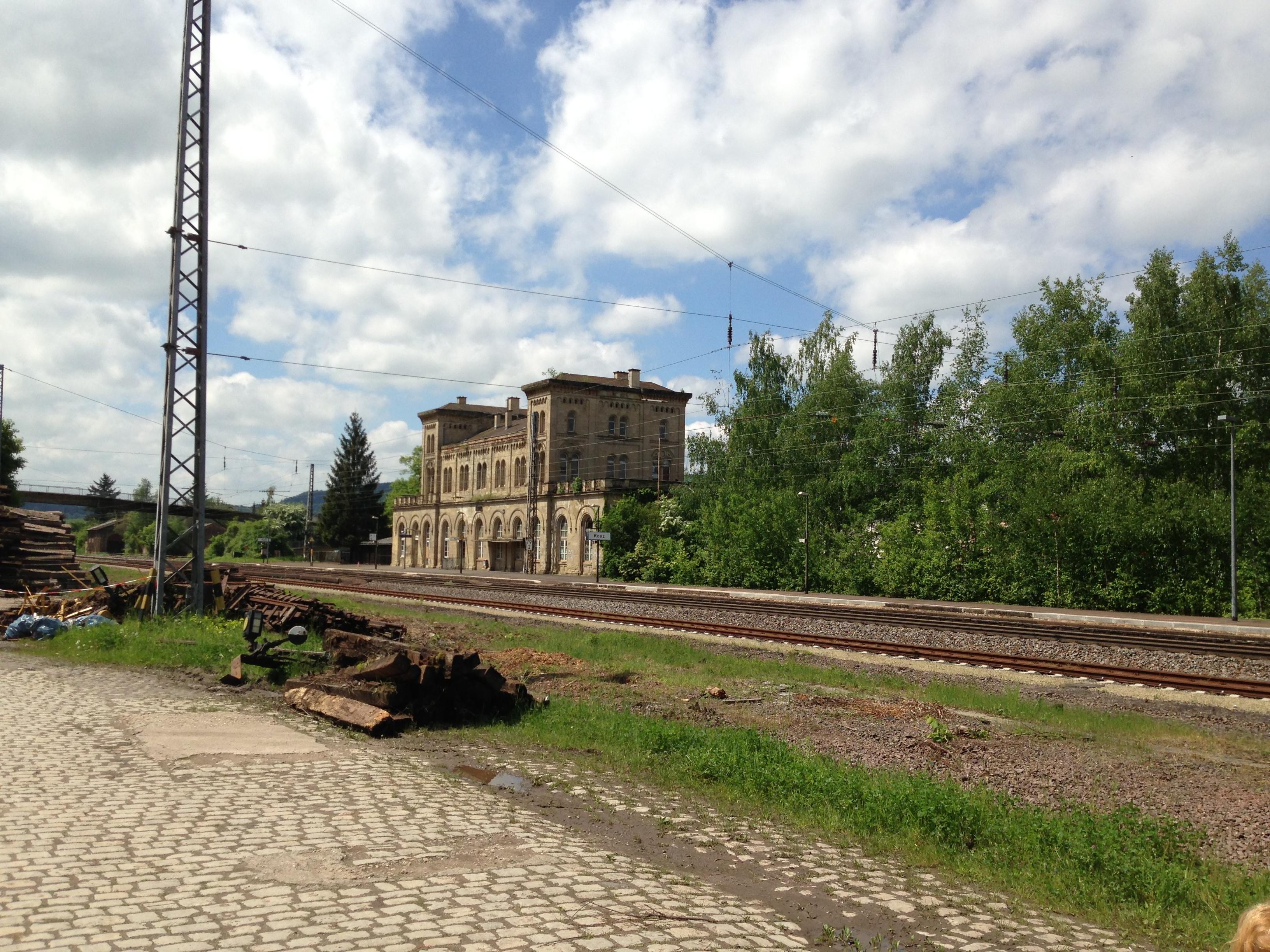 Die Reste eines ehemals prächtigen Bahnhofsgeländes - Steinölgeruch läd zum Verweilen ein.